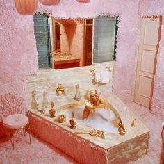 "Inside Jayne Mansfield's ""Pink Palace,"" the Graceland of Hollywood - Flashbak"