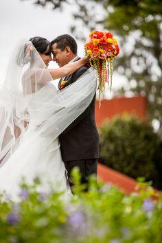Una pareja enamorada, lo mejor de cada boda.  #maríalimón #floraldesign #florals #eventstyling #weddingstyling #trends #weddingdecor #summer #weddingstyle #vibrantcolors #inspiration #unique #yellow #orange #pink