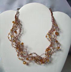 TOPAZIO - Necklace in filo metallico color rame con quarzo citrino, mezzi cristalli color Topazio e perle sfaccettate in Topazio. Chiusura a catenella regolabile nickel free.