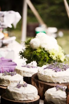 love these casual cakes with lavender