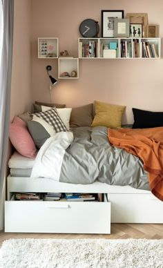 Insanely Bedroom Storage Ideas - To make this happen, you can start by changing the bedroom storage. Here are some bedroom storage ideas for your home Tiny Bedroom Design, Small Room Design, Tiny Bedroom Storage, Bedding Storage, Bedroom Storage Ideas For Small Spaces, Decorating Small Bedrooms, Small Bedroom Hacks, Beds For Small Rooms, Small Bedroom Organization