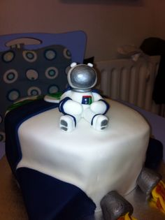 Spaceman and rocket cake