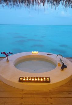 To da loos: Tub with a view of the ocean blue