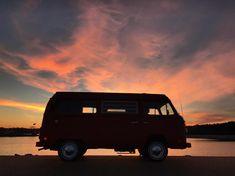 VW sunset ~~~~~~~~~~ ✌ . . . #vwadventurevibes #adventure #vw #vwvan #vwbus #vwt2 #vwtype2 #vwcamper #westfalia #baywindow #aircooled… Vw T2 Camper, Vw Bus T2, Volkswagen Bus, Combi Ww, Vw Camping, Car Goals, Vw Cars, Transporter, Safari