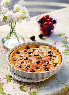 Ένα πολυταξιδεμένο γλυκό που ξεκίνησε από τη γαλλική επαρχία της Λιμουζίν το 19ο αιώνα και κατέκτησε όλο τον κόσμο με το παράξενο όνομα Clafoutis (κλαφουτί). Γευστικά μοιάζει με φρουτένιο ζουμερό κέικ με κεράσια. Sweet Desserts, Summer Recipes, Camembert Cheese, Pudding, Pie, Keto, Breakfast, Food, Cakes