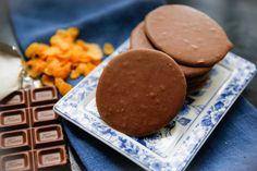 Hemgjord Noblesse! Alltså spröda, söta chokladkakor med krisp, MUMS! Jag tänkte att det skulle vara riktigt lätt, och det hade jag rätt i :) Jag kikade på…