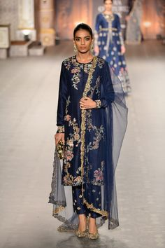 Shyamal & Bhumika at India Couture Week 2019 Indian Bridal Outfits, Indian Designer Outfits, Pakistani Outfits, Designer Dresses, Indian Attire, Indian Wear, Indian India, Kurta Designs, Party Kleidung
