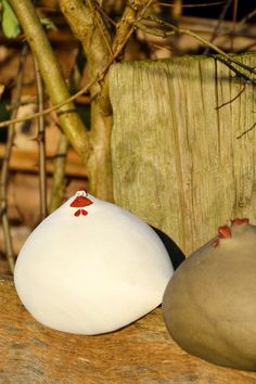 Hühnerschar aus der Werkstatt von Susanne Boerner. Jedes Huhn wurde handmodelliert und handbemalt. Die Hennen gibt es als absturzsicheren Zaunhocker mit Einkerbung unter dem Bauch oder sitzend. Material: Keramik. Frostfest. Maße: ca. 14x14cm.