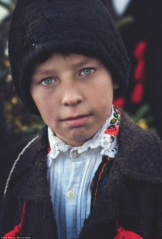 These are the amazing images of a remote region hidden in the Romanian Transylvanian Alps where people live in a manner that their medieval ancestors would recognise. Most Beautiful Eyes, Beautiful People, Romanian Gypsy, Romanian People, Transylvania Romania, Culture Clothing, British Monarchy, People Of The World, Bored Panda