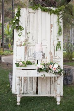 beautiful cake display - just the right amount of rustic and romance