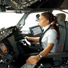 FlightAware Aviation Photos: Boeing (twin-jet)(XA-AMN), Maria Fernanda focused on landing the 737 at Mexico City! Pilot Uniform, Commercial Pilot, Airline Pilot, Female Pilot, Aviators Women, Civil Aviation, Sistema Solar, Flight Deck, Cabin Crew