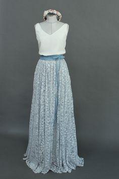 Schlichtes Brautkleid mit Brautbluse aus Seide und Tüllrock in Blau.