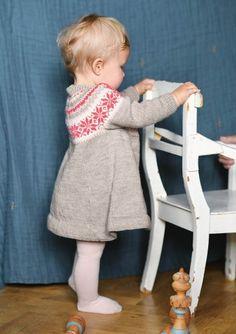 Nancy Dress Knitting For Kids, Baby Knitting, Diy Knitting Projects, Baby Barn, Knitting Patterns, Super Cute, Kids Rugs, Crochet, Baby Knits