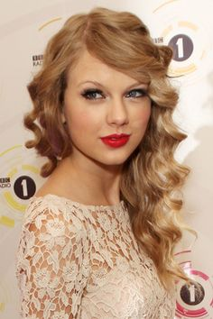 Taylor Swift's hairstyle is an easy transition for her naturally fluffy, wavy hair. Love her hair right here!