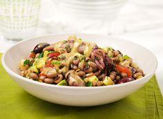 Τα όσπρια και ειδικά τα μαυρομάτικα φασόλια γίνονται πεντανόστιμες και πολύ χορταστικές σαλάτες, όπως αυτή που συνδυάζει αρκετά λαχανικά και καλαμαράκια, δίνοντας ένα πλήρες πιάτο.