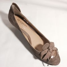 Casan Suede Bow Front Kitten Heels 2/7 Best in Shoes & Boots @tchrgirl02    1/20  Girly Girl Host Pick by @apuha1616     These limited edition designer shoes is a gem. Suede body with patten leather accents. Worn once!   Made in Spain Te casan Shoes Heels