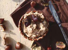 Najväčším hitom každej jesene sú predsa gaštany. Krásne hnedé plody majestátneho stromu sa dajú všemožne využiť. Či už pečené, ako prílohy k hlavným jedlám, torty, cheesecaky alebo zmrzlina...majú nezameniteľnú a neutrálnu chuť, preto sa dajú pripraviť na sladko aj slano. Dnes si pripravíme jednoduché a chutné gaštanové pyré s bourbon vanilkou a rumom s karamelovým nádychom.