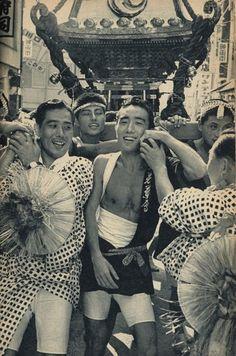 Yukio Mishima at Matsuri with Omikoshi ~ Japanese Men, Vintage Japanese, Japanese History, Geisha, Fundoshi, Showa Era, Fall From Grace, Yukata, Role Models