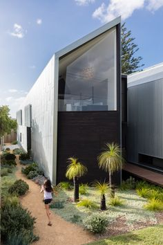 The Iron Maiden House created by CplusC Architectural Workshop is located in the Sydney suburb of Longueville, a small residential area on the peninsula between Tambourine Bay and Woodford Bay. The site is afforded views of the Lane Cove River and the Sydney CBD.