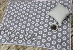Diese Decke ist Luxus pur!  Aus1000g feinster Baby-Merino Wolle habe ich bergeweise Hexagons gehäkelt und sie zu einer kuschelweichen Decke zusammengenäht. Die Wolle aus 100% Merinogarn kratzt nicht und ist waschbar.  Ein sanftes Dunkelgrau, ein zartes Rosé und ein wunderschönes Lavendel machen die Decke völlig zeitlos - ein Schmuckstück für kühle Sommerabende und ebenso für gemütliche Wintertage.  (1m x 1,40m)