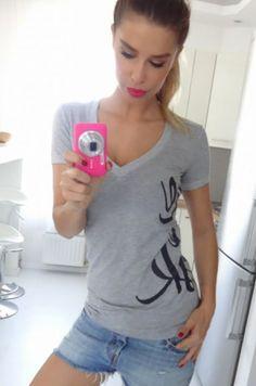 Jednoduché tričko s krátkym rukávom s nápisom na bočnej strane