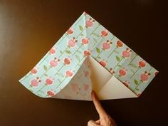 Beautiful Origami Envelope - Folding Instructions and Video Clothing Packaging, Origami Envelope, Square Envelopes, How To Make An Envelope, Mail Art, Pinwheels, Paper Design, Girl Scouts, Homemade Gifts