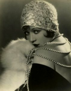 Flapper fashion…Marie Prevost Love the embellished, brimless cloche! Pearls and fur. Foto Fashion, 20s Fashion, Fashion History, Vintage Fashion, Flapper Fashion, Fashion Styles, Fashion Fashion, Fashion Outfits, Street Style Vintage
