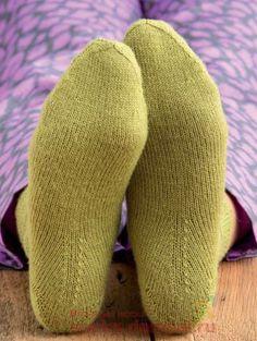 Crochet Slippers, Knit Crochet, Knitting Socks, Knitted Hats, Knitting Patterns, Sewing Patterns, Knitting Accessories, Mitten Gloves, Knee Socks