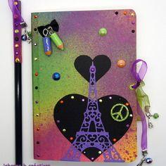 Journal intime thème tour eiffel violette sur fond de papier graffiti multicolore.