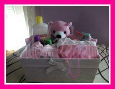 Preciosa cesta de bienvenida para niña. Con un simpatiquísimo osito rosa abrazado a ella, está compuesta por: 22 pañales de la talla 2, un gran bote de colonia, un champoom, un aceite corporal un paquete de toallitas, 2 pares de calcetines, 2 body, cinta de pelo y un pijama talla 9 meses.