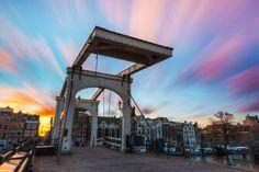 Misschien wel de meest gefotografeerde brug in Amsterdam: de Magere brug. Een van de beroemdste bruggen in het centrum van Amsterdam over de rivier de Amstel is de magere brug. Als toeristen vragen naar the bridges amsterdam dan bedoelen ze deze.