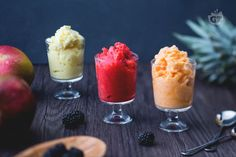 La frutta gelata è la soluzione perfetta per l'estate: frullandola senza alcuna aggiunta si ottiene un dolce fresco al cucchiaio fatto solo di frutta!
