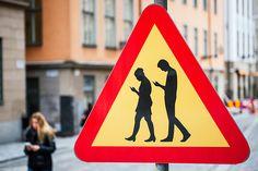 Nova placa de trânsito – avisa sobre pedestres distraídos com smartphones - Blue Bus