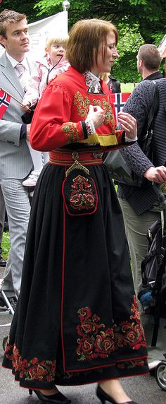 May woman in Telemark bunad This is the state our family is originally from in Norway (Norge) Oslo, Norway Viking, Beautiful Norway, Scandinavian Countries, Ethnic Dress, Folk Costume, People Of The World, Traditional Dresses, Mittens