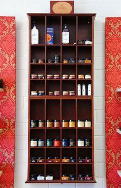 Auswahl an Pflegeprodukten von den Herstellern Burgol, Saphir und Langer & Messmer