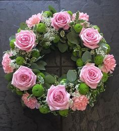 Pink Roses funeral wreath – Projects to Try – Wreaths Rosen Arrangements, Funeral Floral Arrangements, Easter Flower Arrangements, Easter Flowers, Funeral Bouquet, Funeral Flowers, Grave Flowers, Sympathy Flowers, Deco Floral