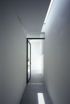 47 Ladbroke Road corridor/ hall ideas: MUR House / Apollo Architects & Associates - like the long narrow skylight, and glass internal door door Space Architecture, Architecture Details, Installation Architecture, Minimalist Interior, Minimalist Home, Roof Light, Dark Interiors, Skylight, Windows And Doors
