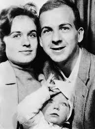 """Lee Harvey Oswald nació como un """"chivo expiatorio"""", como se llamó a sí mismo después de su arresto por asesinar al presidente Kennedy. Su esposa, Marina, mostrada con su bebé en junio de 1962, el año en que regresó a los Estados Unidos desde Rusia, pensó que Lee """"no sabía a quién estaba sirviendo realmente. . . . Intentó jugar con los grandes """". El senador Richard Schweiker luego vio """"las huellas digitales de la inteligencia"""" en todo el joven condenado. (© CORBIS) Los Kennedy, The Eighth Day, Guy Names, Jfk, Assassin, The Man, Daughter, Black And White, Father"""