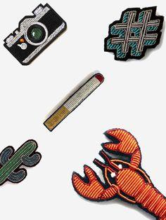 customisez vos tenus ! Les écussons GENIAUX de MACON & LESQUOY- L'écusson refait également son apparition. Toujours dans l'idée du look rétro et facile à customiser. A thermocoller ou à coudre pour les plus téméraires, on l'aime pour son côté nostalgique et surtout sa touche graphique. Comment le porter? En le décalant avec un motif plutôt drôle de préférence sur une tenue sage. http://maconetlesquoy.com/fr/53-tous-nos-produits