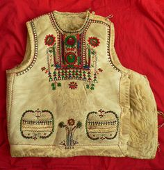 From Gyimes/gyimesi csángó mellény:) Folk Costume, Costumes, Hungarian Embroidery, Leather Art, Traditional Clothes, My Heritage, Art And Architecture, Embroidery Patterns, Fashion Art