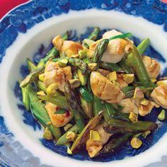 Tiras de pollo al wok con espárragos y pistachos