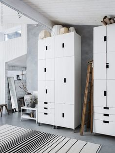 Vi hälsar på hemma i Mormorsglamour bloggaren Helena Nords ateljé och inspireras av förvaringslösningen med STUVA skåp från golv till tak. En fin detalj är handtagen som vänts åt olika håll för ett kreativt uttryck värdigt ett pusselproffs!