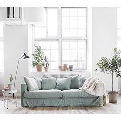 """Sponsored post: TÄVLA OCH VINN EN LE GRAND AIR-SOFFA! Nu har du chans att vinne soffan """"Le Grand Air"""" från Decotique som säljs på @rum21se Soffan finns i nuläget i vitt, blått och grått. Men nu ska sortimentet äntligen utökas färgmässigt! Två färger är redan spikade (och fortfarande hemliga) och nu vill @rum21se ha hjälp av inredningsintresserade och bloggare i Skandinavien för att rösta fram den tredje färgen. Du som är med och röstar fram den tredje varianten har chansen att vinna en Le…"""