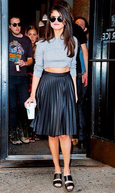 Selena Gomez usa mules com saia midi plissada de couro