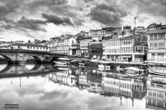 Betanzos New York Skyline, Spaces, Explore, Black And White, Travel, Earth, Pictures, Viajes, Black N White