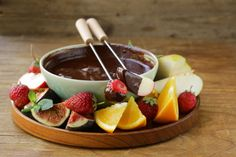 This chocolate fondue recipe and tutorial gives you step by step directions on how to make chocolate fondue. It makes an easy dessert recipe for chocolate lovers! Easy Chocolate Fondue Recipe, Chocolate Recipes, Fondue Recipes, Chowder Recipes, Amish Recipes, Banana Bread Recipes, Easy Recipes, Köstliche Desserts, Dessert Recipes