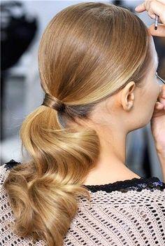Peinado tirante coleta baja ondulada