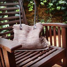 Bolso de lino y piel tejido a mano www.belateguiregueiro.com Industrial, Porch Swing, Outdoor Furniture, Outdoor Decor, Straw Bag, Throw Pillows, Bags, Hand Knitting, Totes