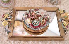 Aquelas bijuterias antigas, de strass, pedras, que eram de nossas mães ou avós, podem ganhar nova vida num novo uso. Quantas ideias lindas...