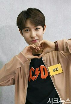 My favorite member of NCT Dream, Renjun. Plus he's wearing a T-Shirt of one of my favorite groups of all time, AC/DC! Nct Dream Members, Nct U Members, Jaehyun Nct, Nct 127, Kpop, Selca, Huang Renjun, Na Jaemin, Fandoms